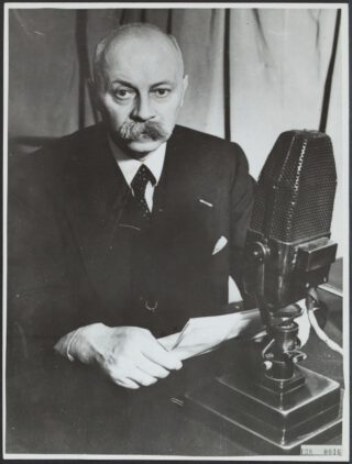 Premier Gerbrandy in Londen bij de BBC voor een uitzending voor Zuid-Afrika.