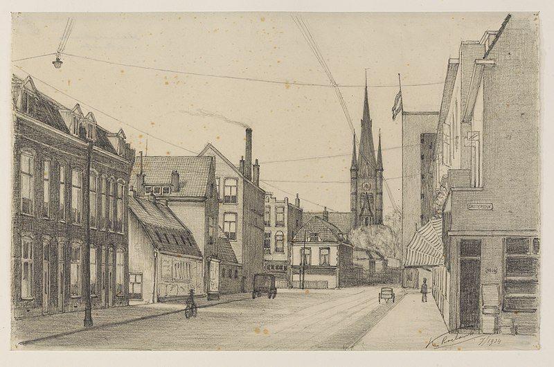 Gezicht in de Adelaarstraat te Utrecht uit het noordoosten vanaf de Gruttersdijk in de richting van de Kaatstraat met op de achtergrond de toren van de St.-Monicakerk en rechts daarvan het gebouw van bakkerij De Korenschoof (1934).  (Publiek domein/wiki)