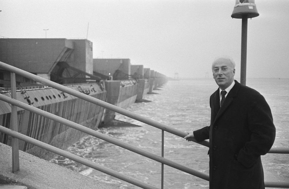 Opening van het sluizencomplex Haringvliet door minister van Verkeer en Waterstaat Joop Bakker, 2 november 1970