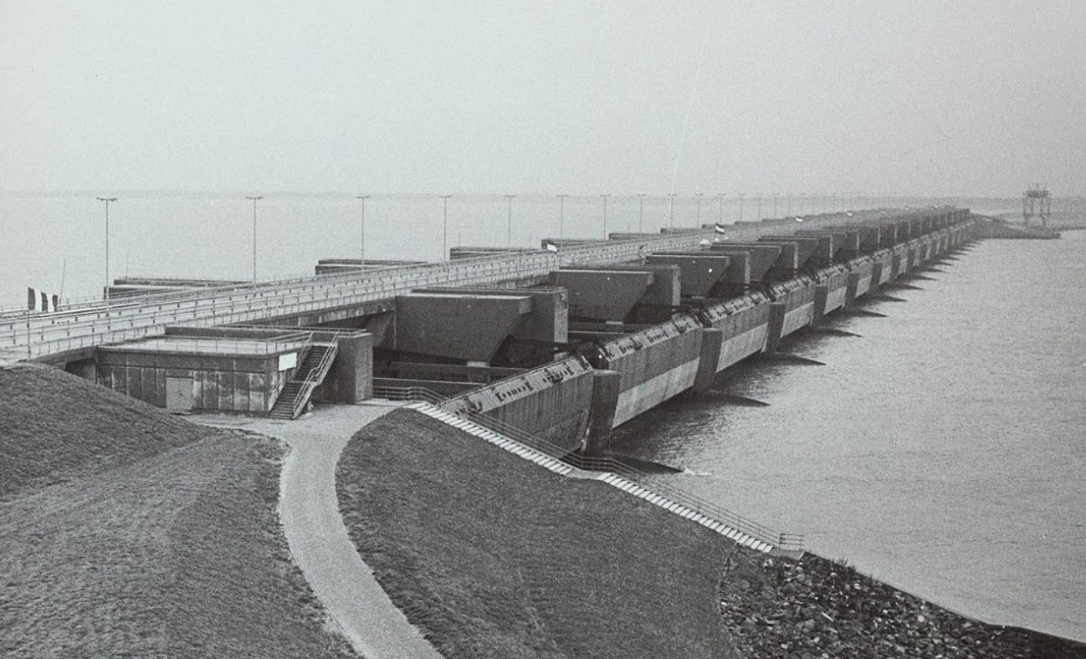 Haringvlietdam en -sluizen kort na voltooiing, najaar 1970