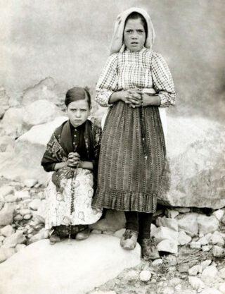 Lucia dos Santos (rechts) met Jacinta Marto, 1917