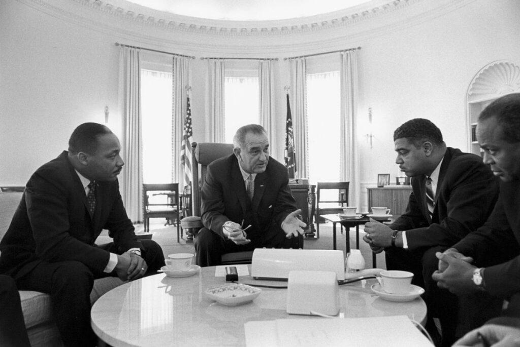 President Johnson ontmoet verschillende leiders van de burgerrechtenbeweging, waaronder Martin Luther King (links), Whitney Young en James Farmer - Oval Office, 1964