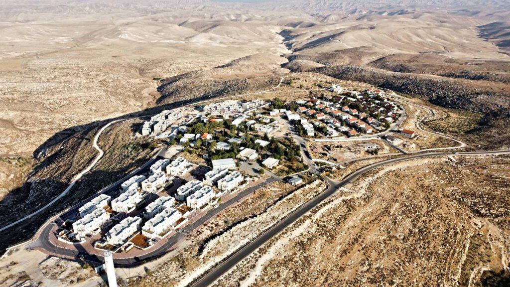 Zicht op Ma'ale Adoemim, een Israëlische nederzetting op de Westelijke Jordaanoever