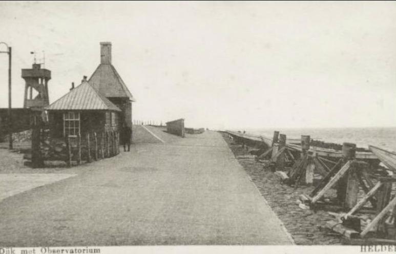 Het Observatorium aan de Zeedijk in Den Helder, omstreeks 1935. Collectie Regionaal Archief Alkmaar, fotograaf onbekend, publiek domein.