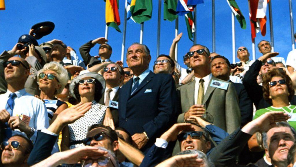 President Johnson en vice-president Spiro Agnew zijn getuige van de liftoff van de Apollo 11