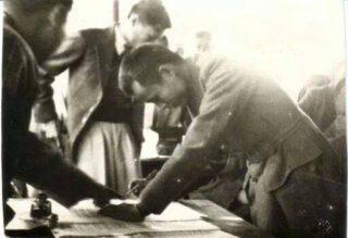 Aung San ondertekent het Verdrag van Panglong, 12 februari 1947