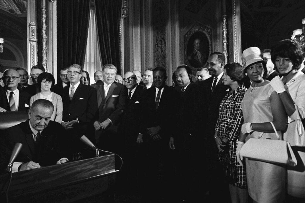 President Johnson ondertekent de Voting Rights Act van 1965