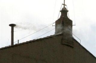 Witte rook boven de Sixtijnse kapel om aan te geven dat het College van Kardinalen een nieuwe paus heeft gekozen