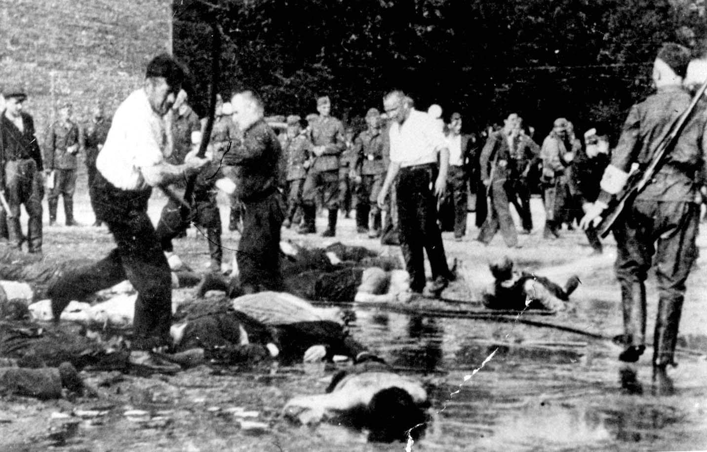 Litouwse criminelen en militieleden (met witte armband) slaan en doden joden terwijl Duitse soldaten toekijken. Kovno (Kaunas), Litouwen, 24 juni 1941. 'Het moest op een pogrom lijken' (Yad Vashem Photo Archive, Jerusalem, archival signature 74F07)