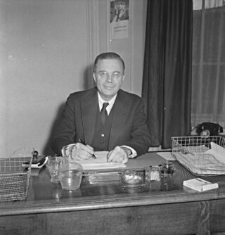 Mei 1942. Minister van koloniën Van Mook is in Londen aangekomen