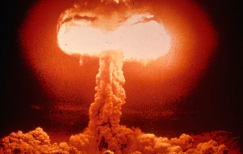 Karakteristieke paddenstoelwolk na een ontploffing van een atoombom