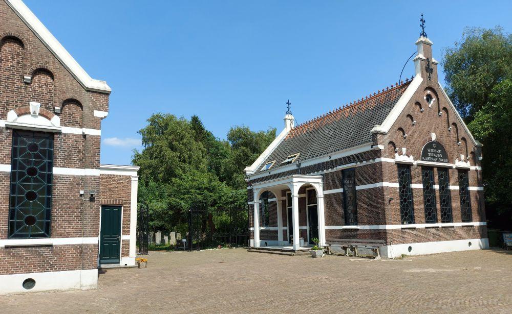 De metaheerhuisjes aan het voorplein. In Rotterdam ook wel weenhuisjes genoemd.