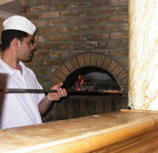 Een pizza in de oven van een Italiaans restaurant
