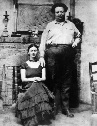 Peter A. Juley and Son, Frida Kahlo en Diego Rivera, rond 1930, foto, 24 x 19,5 cm, Museo Frida Kahlo / Banco de México Diego Rivera & Frida Kahlo Museums Trust, Mexico City