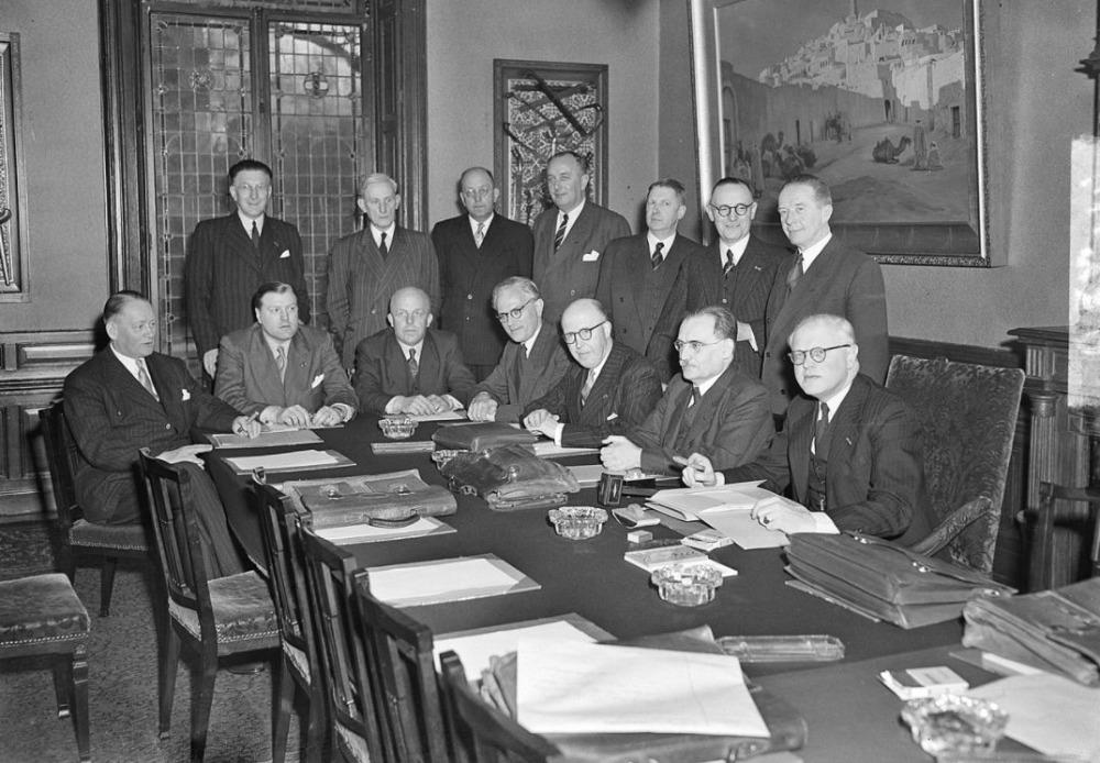 De bewindslieden van het kabinet-Drees I tijdens de presentatie op 14 maart 1951. Willem Drees zittend, tweede van links.