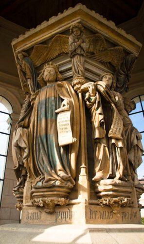 Detail van de Mozesput met beelden van David en Jeremia in het klooster Chartreuse de Champmol bij Dijon