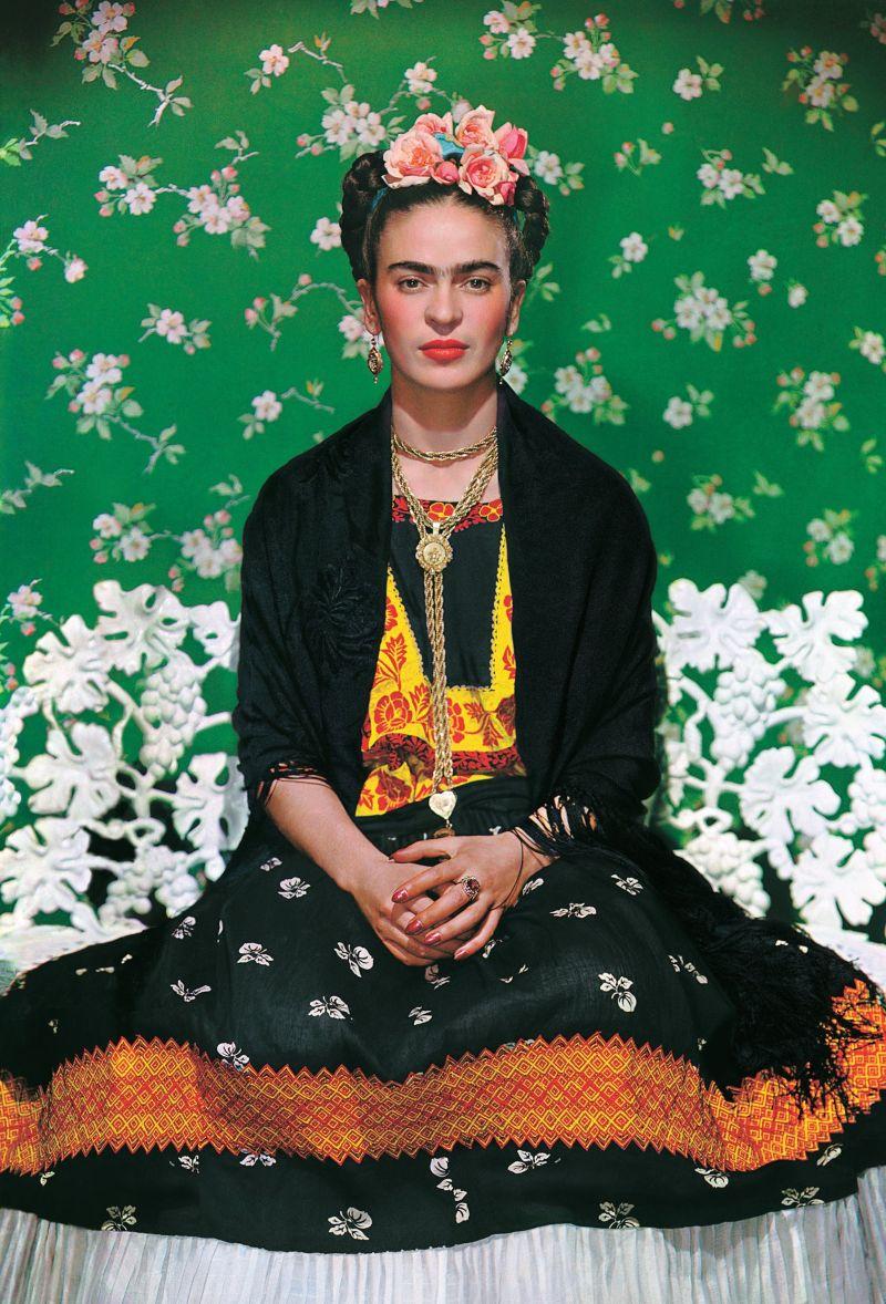 Nickolas Muray, Portret Frida op de bank, New York City, © 2021 Banco de Mexico Diego Rivera Frida Kahlo Museums Trust, Mexico DF c/o Pictoright Amsterdam 2021. Nickolas Muray Photo Archives