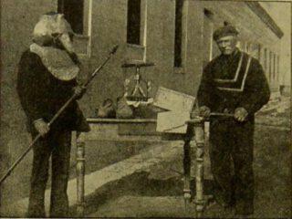 Pestmasker en hulpmiddelen voor het desinfecteren van brieven, ontdekt op het eiland Poveglia door Theodor Weyl in 1889.