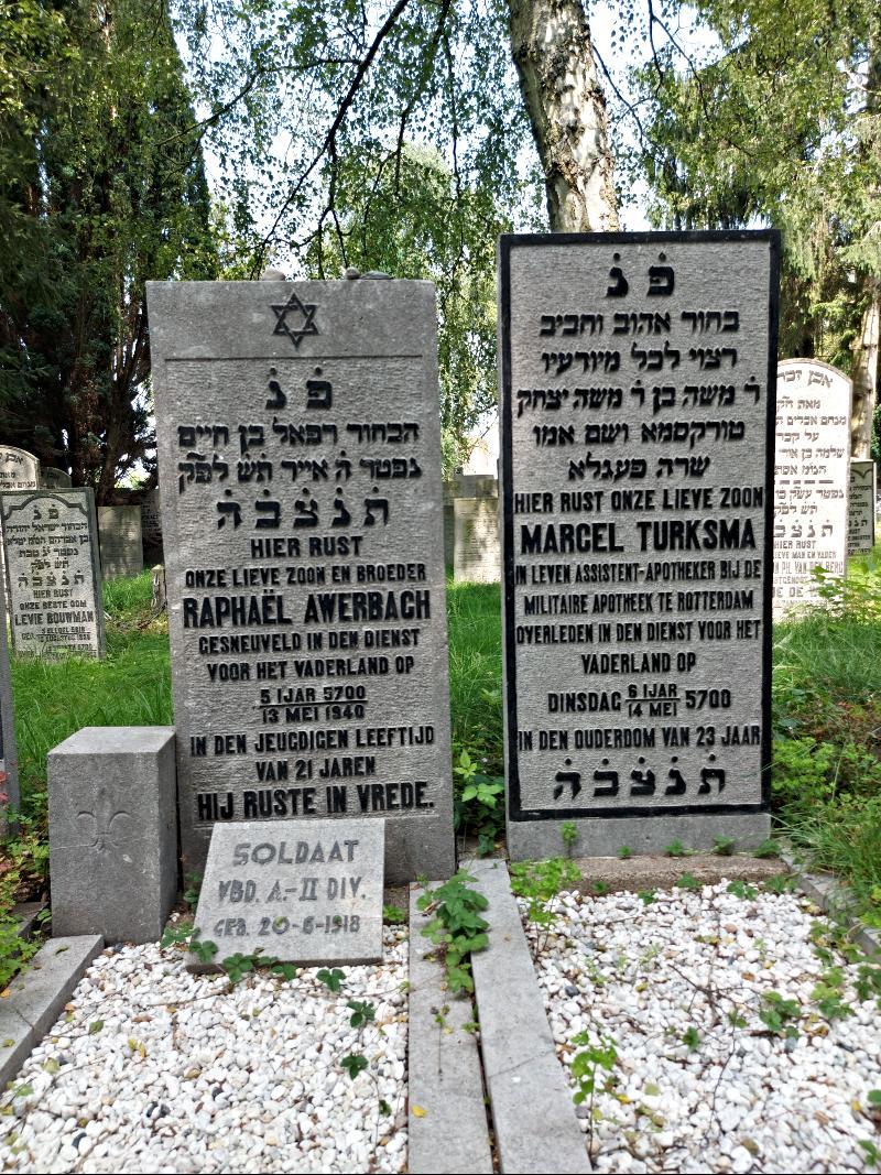 De grafmonumenten voor twee Nederlands militairen die omkwamen tijdens de Meidagen van 1940.