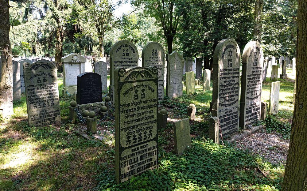 Grafmonumenten met daarop teksten in zowel het Hebreeuws als Nederlands.
