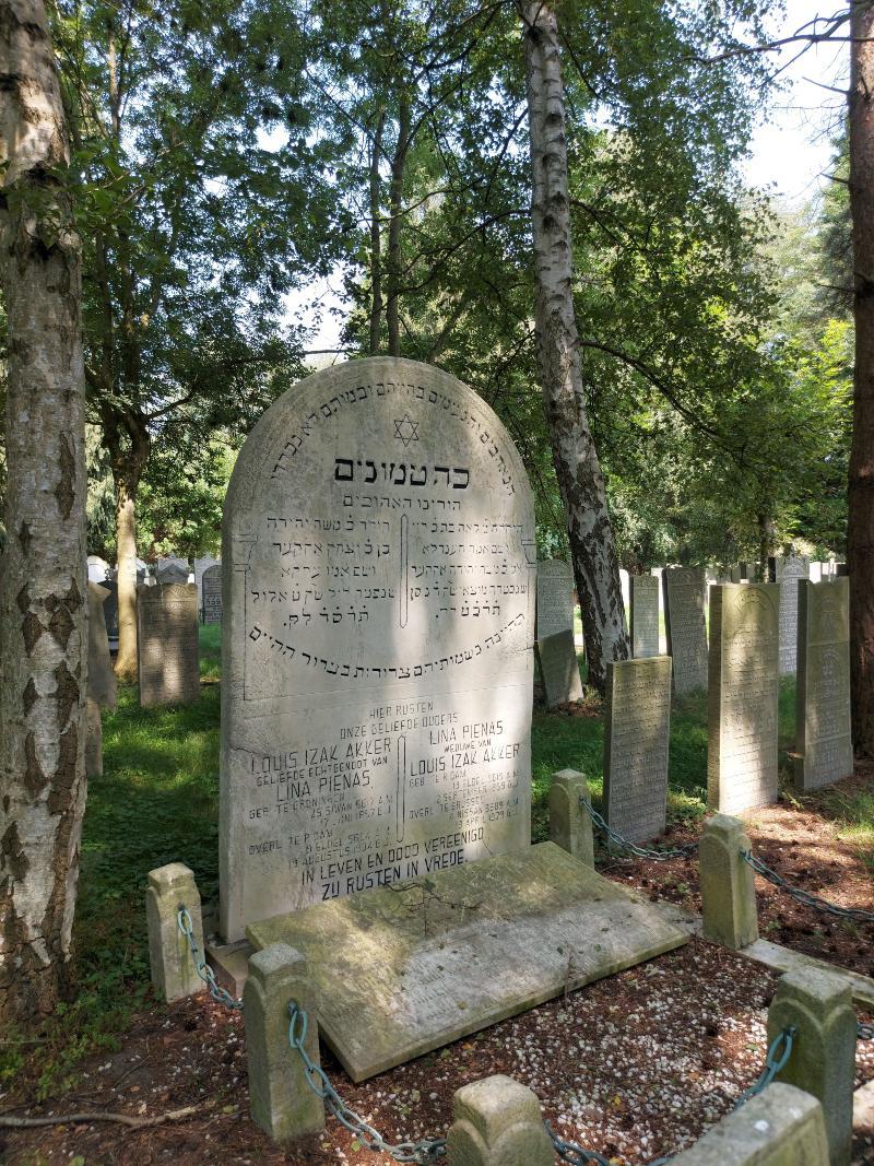Een opmerkelijk grote stèle. De davidster is op veel graven afgebeeld.