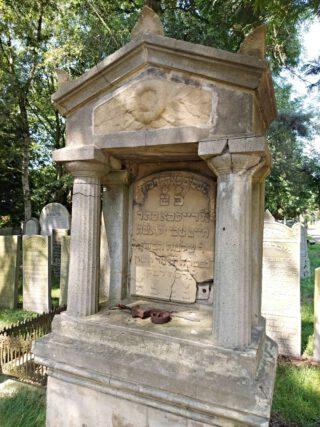 Een rijk gedecoreerd grafmonument, de oprichter ervan zal goed bemiddeld zijn geweest.