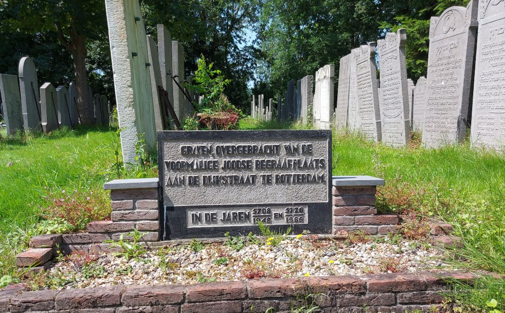 Gedenksteen waarop de verhuizing van graven van de Dijkstraat naar het Toepad wordt genoemd.