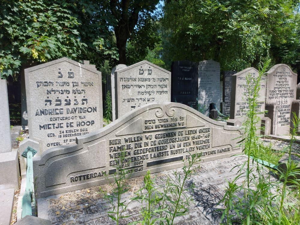 Een groot gedenkteken dat aan een bestaand grafmonument is toegevoegd ter herinnering aan gedeporteerde familieleden.