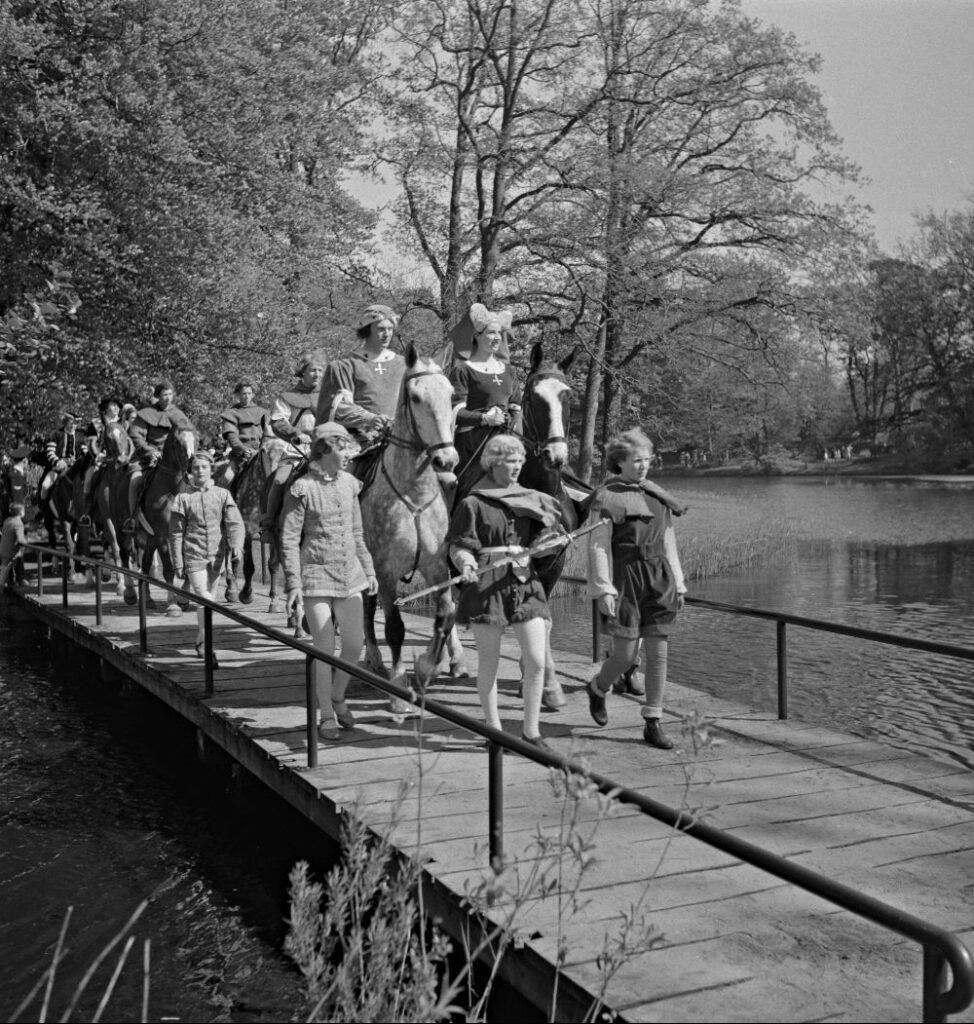 'Jacoba van Beieren' rijdt op 12 mei 1951 door lentetuin Keukenhof.