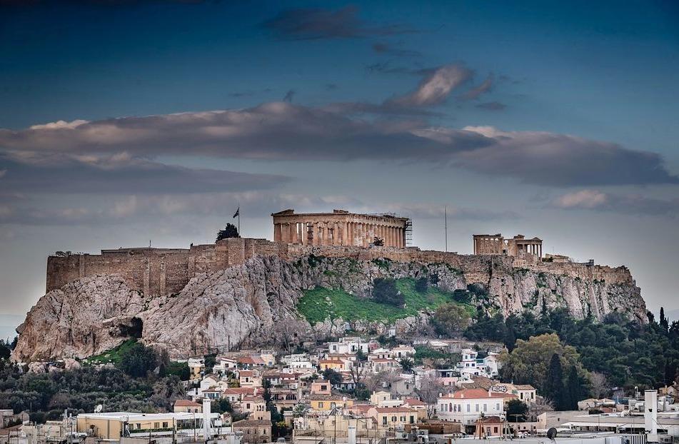 Athene met in het midden de Akropolis