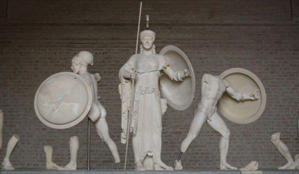 Athene afgebeeld in volle wapenrusting, met rechts van haar Ajax en links een Trojaan.