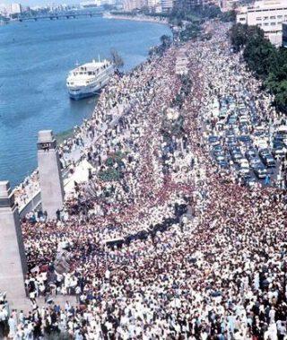 Begrafenisstoet van Nasser, bijgewoond door vijf miljoen rouwenden in Caïro, 1 oktober 1970