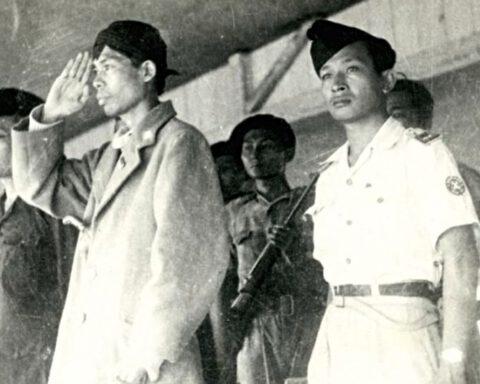 Yogyakarta, 1949. Tijdens een militaire parade staat Soeharto (rechts) naast de opperbevelhebber van het Indonesische leger, generaal Sudirman, die toen al ernstig leed aan tuberculose. Daaraan overleed hij op 29 januari 1950. (Foto Ipphos)