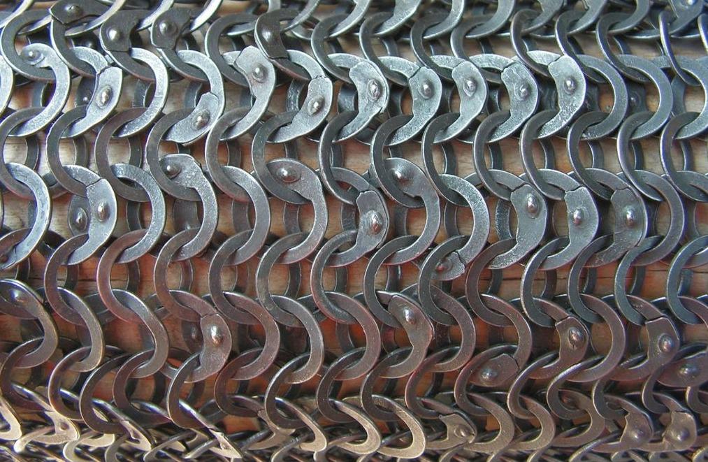 Detail van een maliënkolder met zowel geklonken als gestanste ringen