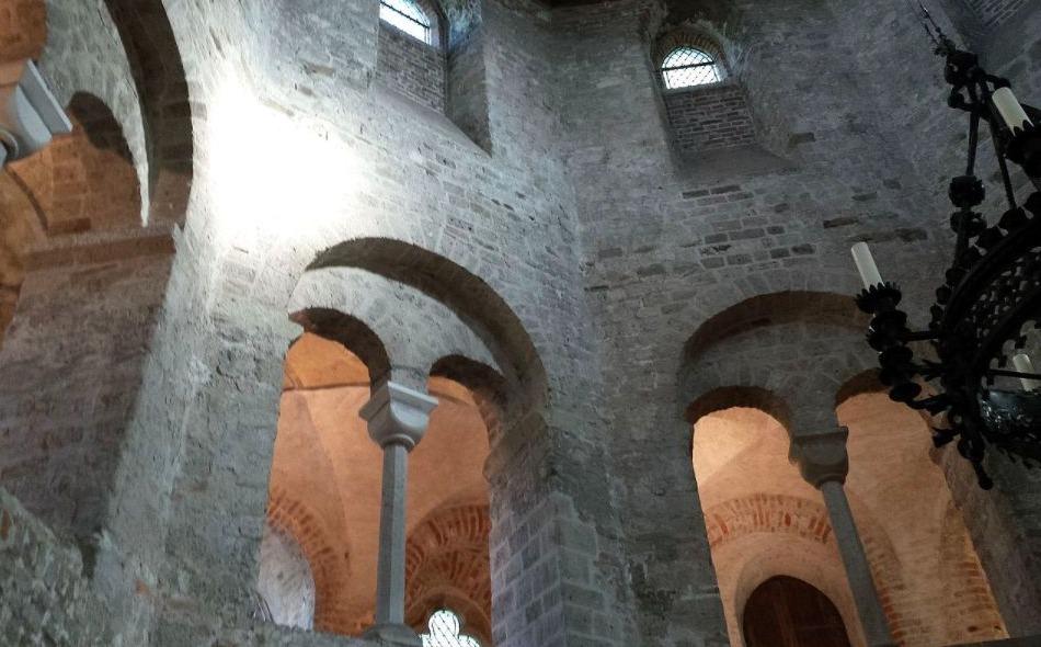 Interieur van de Sint Nicolaaskapel (Valkhofkapel) in Nijmegen
