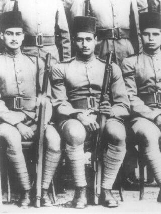 Nasser (midden) in 1940