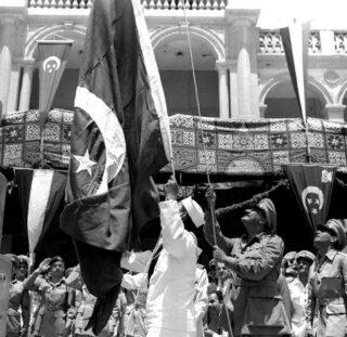 Nasser hijst een Egyptische vlag bij het Suezkanaal, om het vertrek van de Britten te vieren, juni 1956