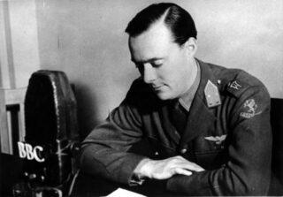 Prins Bernhard tijdens een radio-toespraak in Londen, 1942