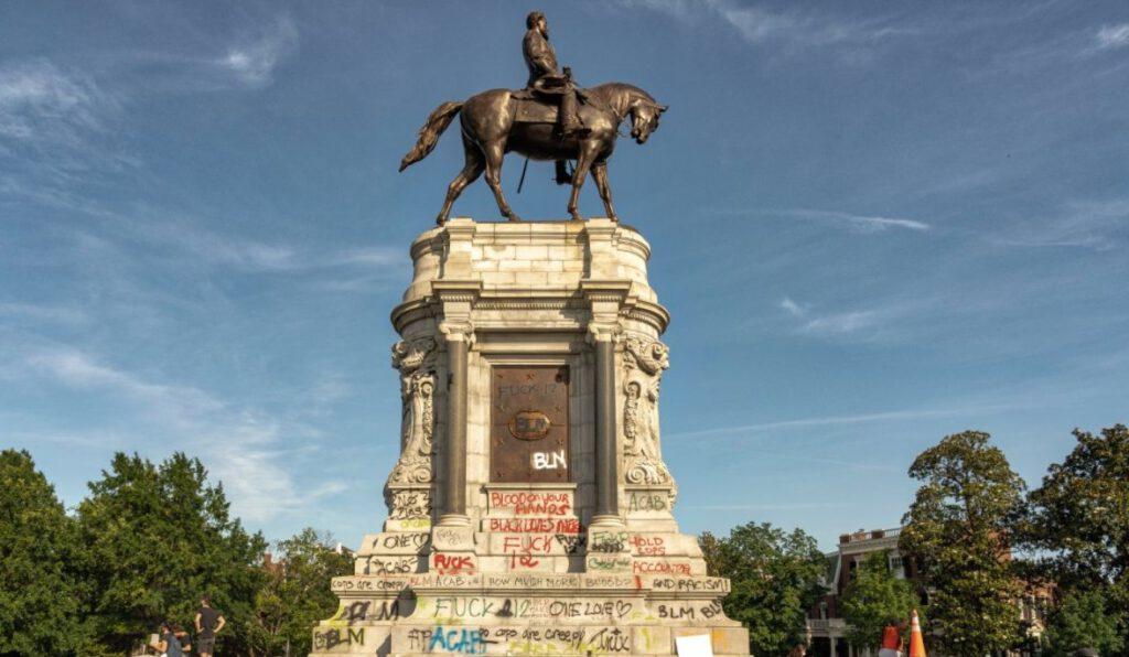 Standbeeld van Robert E. Lee in Richmond, met leuzen op de sokkel