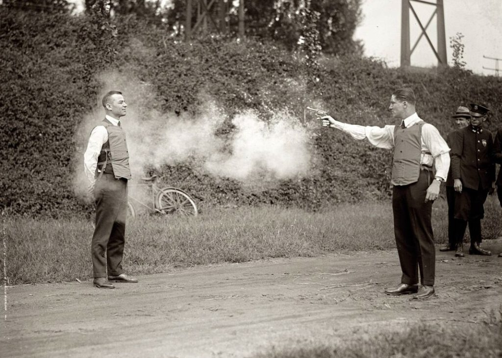 Demonstratie van een kogelvrij vest in Washington D.C., 1923