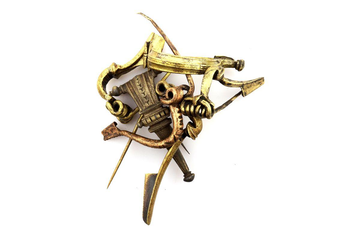 Zes bronzen kledingspelden (fibulae)