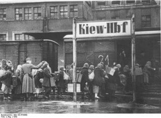 Transport van Ostarbeiter vanuit het bezette Kiev (Foto Bundesarchiv)