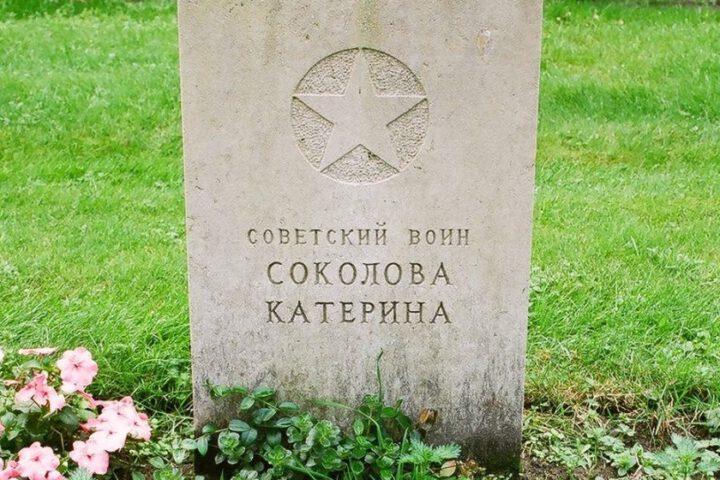 Grafsteen van Kateryna op het Sovjet Ereveld