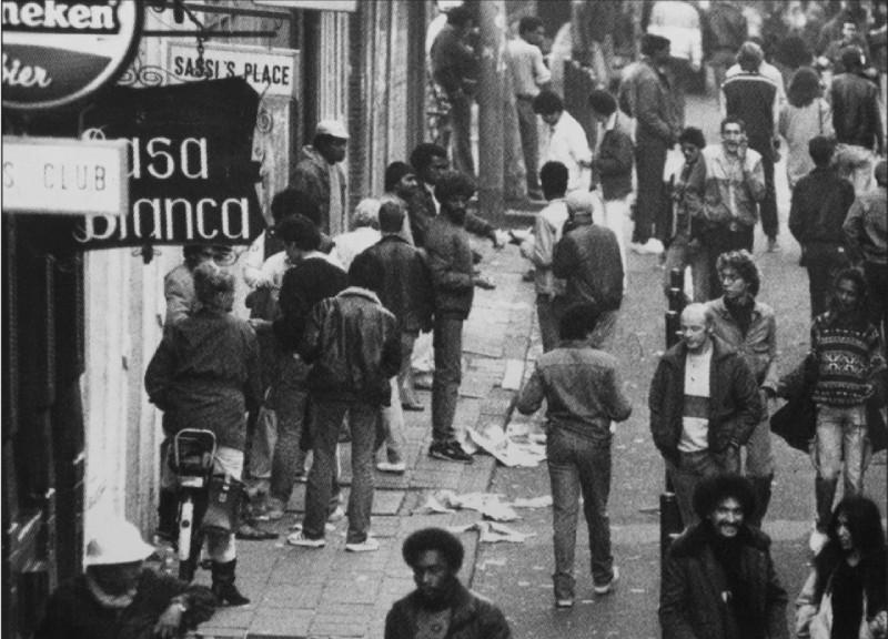 De kop van de Zeedijk en Chinatown waren eind jaren zeventig, begin jaren tachtig het domein van Surinaamse heroïnehandelaren en verslaafden. (foto Hans Peters). Uit: Brigges