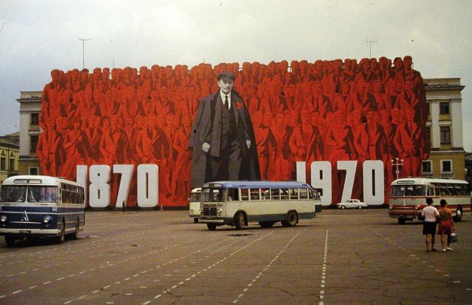 Grote afbeelding van Lenin in toenmalig Leningrad (Sint-Petersburg), 1970